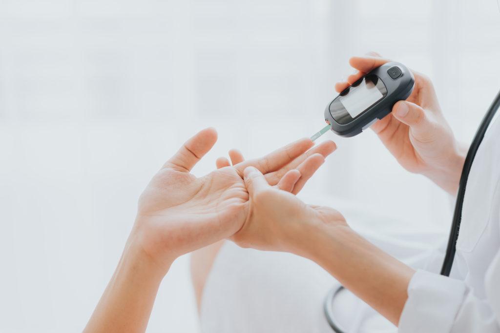 Lekarz bada poziom cuku we krwi