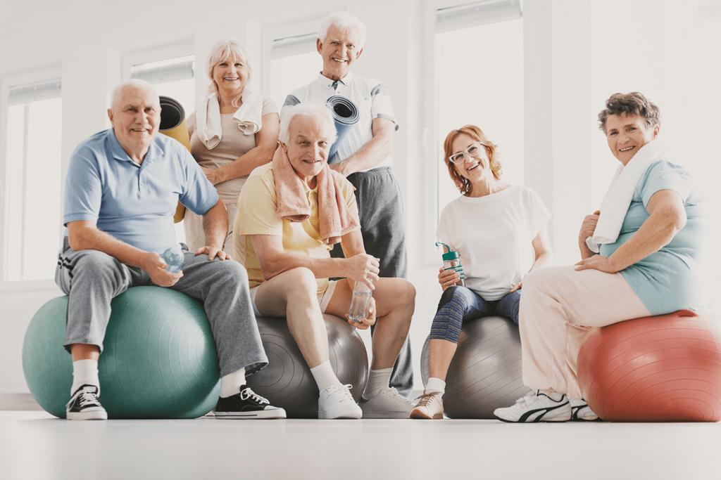 Grupa ludzi w wieku powyżej 60 r.ż na zajęciach z fitnessu