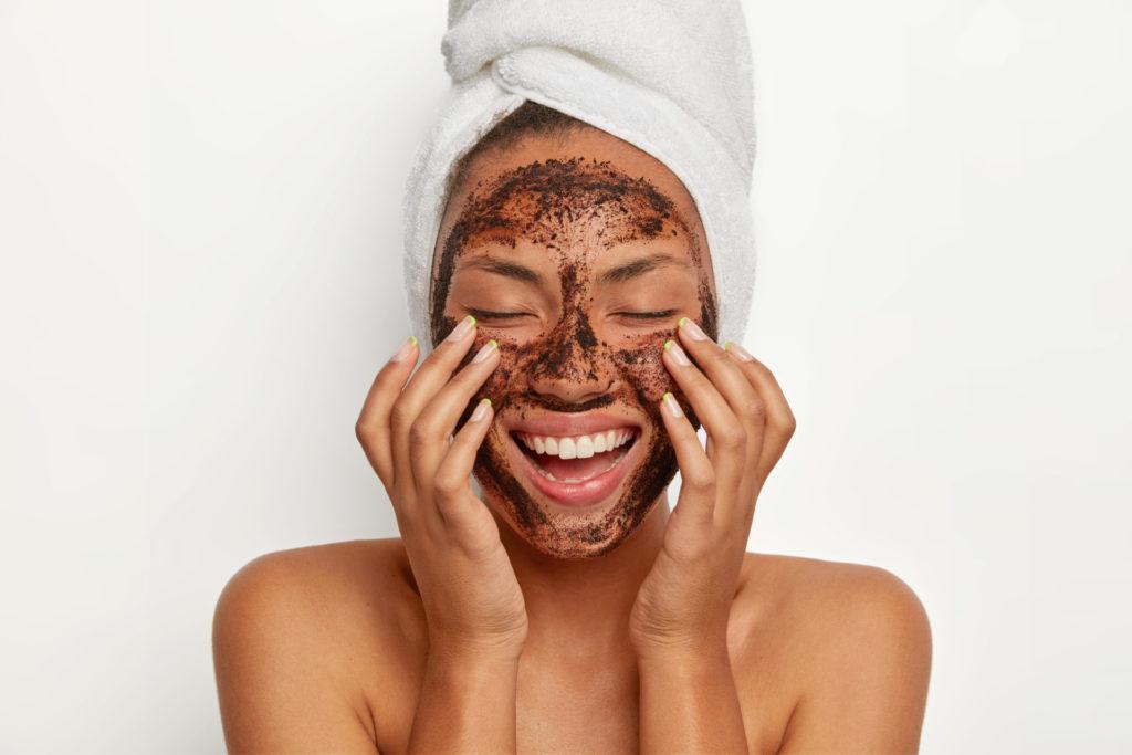 dziewczyna z maską z kawy na twarzy twój farmaceuta